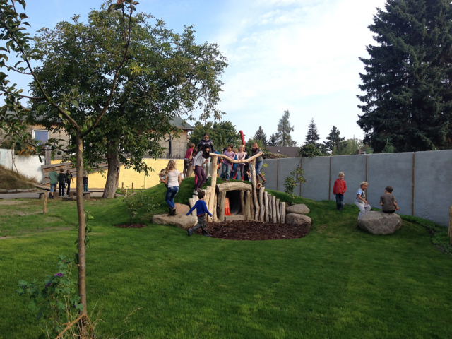 Spielhügel auf dem Hof der Freien Schule Fläming